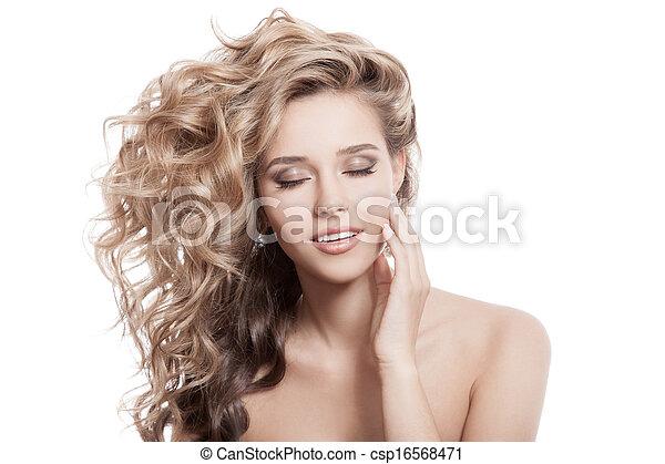 Hermosa mujer sonriente. Pelo rizado y saludable - csp16568471