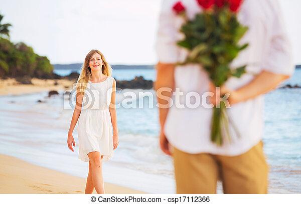 hermoso, romántico, ramo, amor, pareja, joven, rosas, tenencia, fecha, sorpresa, mujer, hombre - csp17112366