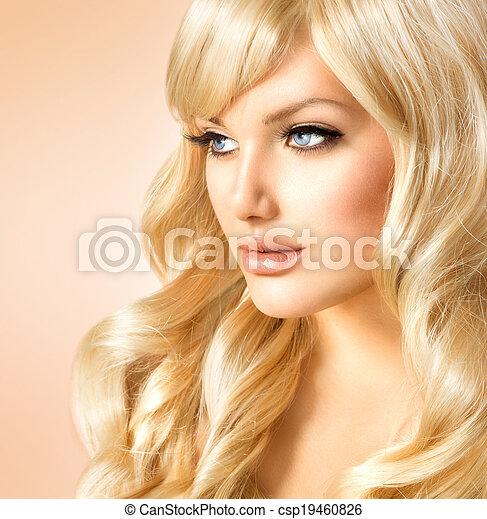 Mujer rubia hermosa. Hermosa chica con el pelo largo y rubio rizado - csp19460826