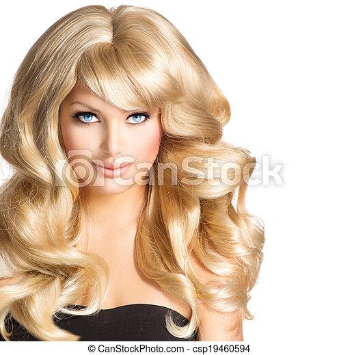 Mujer rubia hermosa. Hermosa chica con el pelo largo y rubio rizado - csp19460594