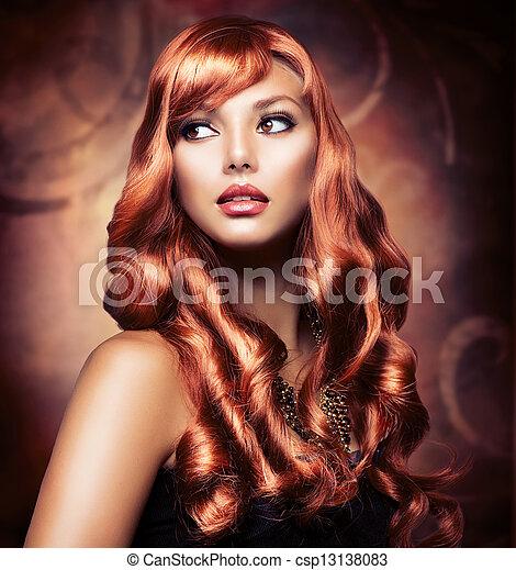 Hermosa chica con un cabello rojo saludable - csp13138083