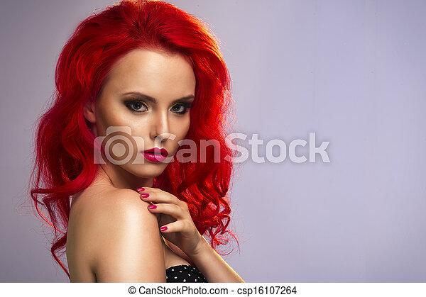 Hermosa mujer con un cabello largo y saludable - csp16107264