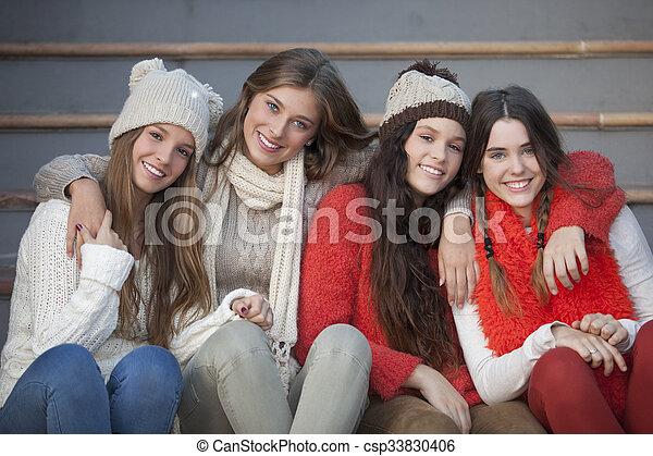 Adolescentes de invierno de moda con hermosas sonrisas - csp33830406