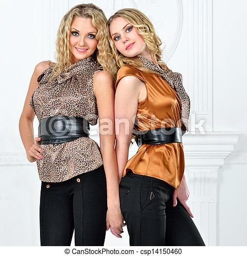 hermoso, tarde, dos, elegante, suit., mujeres - csp14150460