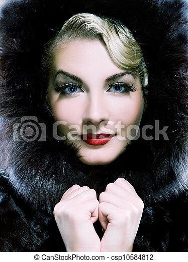 Hermosa mujer con abrigo de piel de invierno. Tontada en azul - csp10584812
