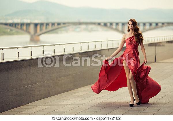 Hermosa mujer vestida de rojo. Antecedentes urbanos. - csp51172182