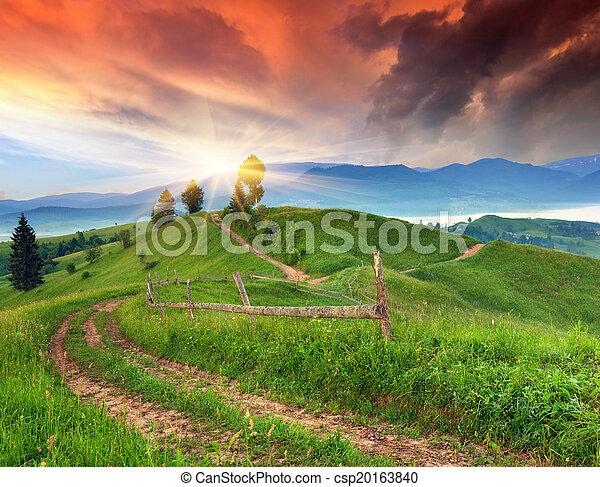 Hermoso amanecer de verano en el pueblo de la montaña - csp20163840