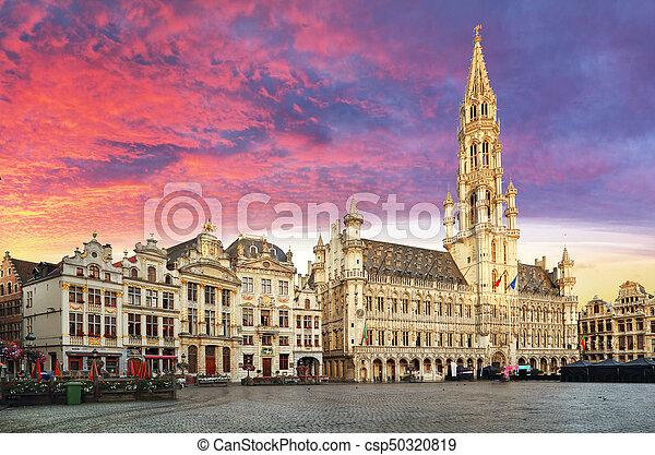Bruselas, gran lugar en el hermoso amanecer de verano, Bélgica - csp50320819