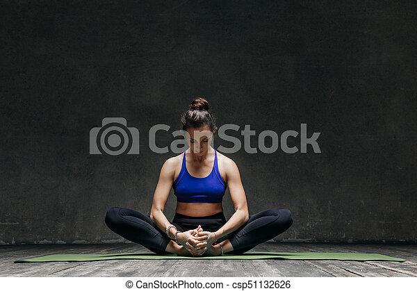 joven y hermosa mujer de yoga posando en el estudio la