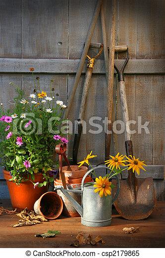 Jardinería con herramientas y ollas - csp2179865