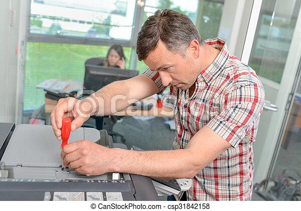 herstelling, fotokopieerapparaat, man - csp31842158
