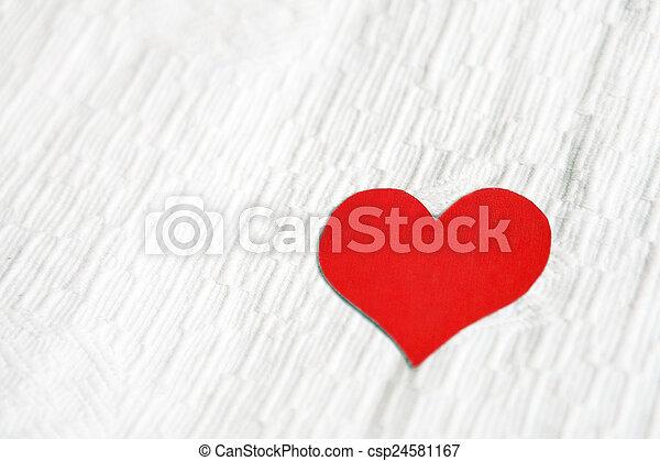 Herzform auf dem Gewebehintergrund - csp24581167