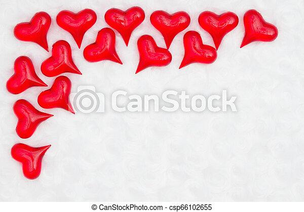 Rote Herzen auf weißem Stoff Hintergrund - csp66102655