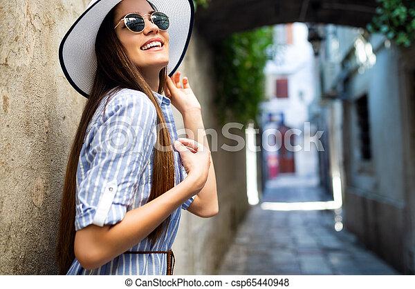 het glimlachen, zonnebrillen, de zomervakantie, hoedje, vrouw - csp65440948