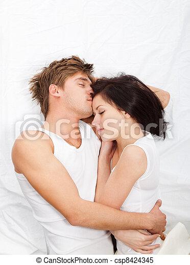 het liggen, paar, mooi en gracieus, jonge, bed - csp8424345
