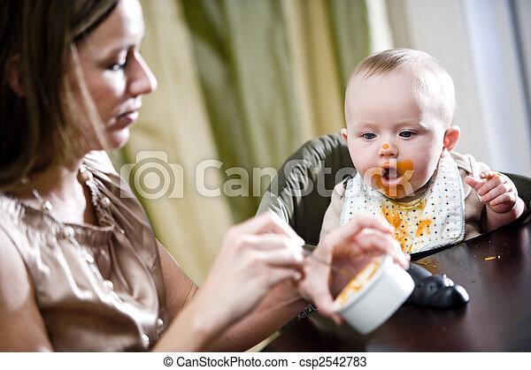 het voeden, moeder, voedingsmiddelen, baby, vast lichaam, hongerige  - csp2542783