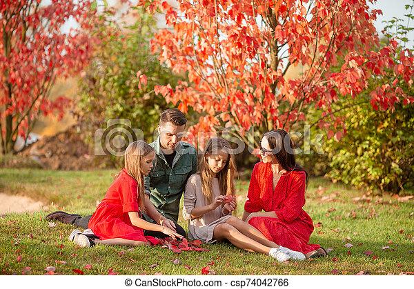 heureux, quatre, portrait, famille, automne - csp74042766