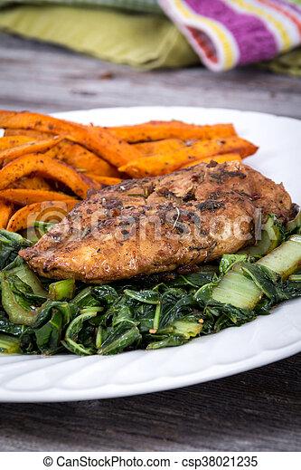 Comida de pollo con hierba - csp38021235