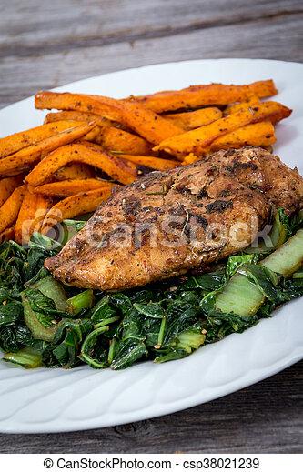 Comida de pollo con hierba - csp38021239