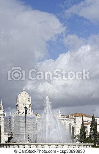 El monasterio jeronimos o el monasterio jeronimos está localizado en Lisboa - csp33693930