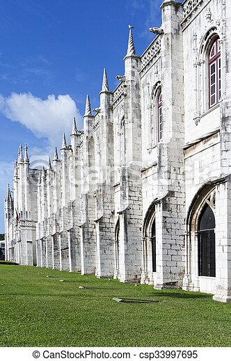 El monasterio jeronimos o el monasterio jeronimos está localizado en Lisboa - csp33997695