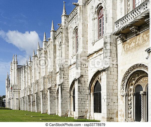 El monasterio jeronimos o el monasterio jeronimos está localizado en Lisboa - csp33778979