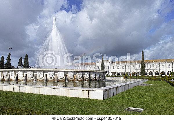 El monasterio jeronimos o el monasterio jeronimos está localizado en Lisboa - csp44057819