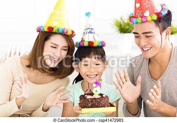 Familia feliz celebrando el cumpleaños de su hija - csp41472983