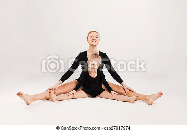 Mamá e hija hacen gimnasia - csp27917974