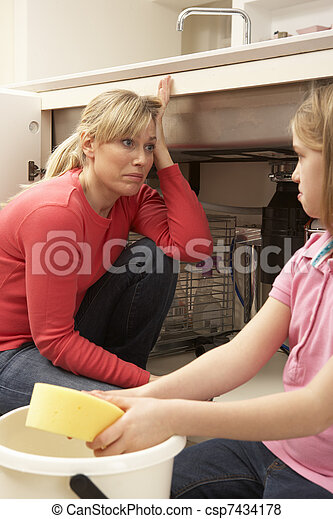 Una hija ayudando a mamá a limpiar el fregadero - csp7434178