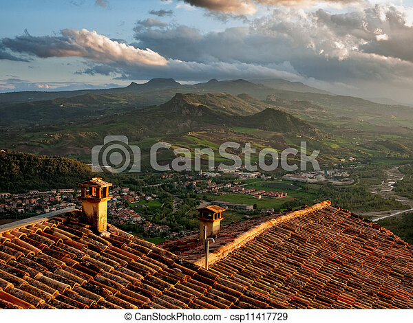 Amanecer sobre colinas italianas. Italia - csp11417729