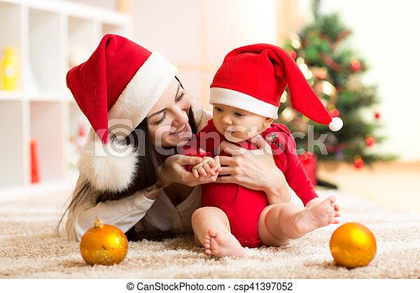 hintergrund, haus, bäume, baby, santa, mutter, inneneinrichtung, lächeln, reizend, kleiden, weihnachten, rotes  - csp41397052
