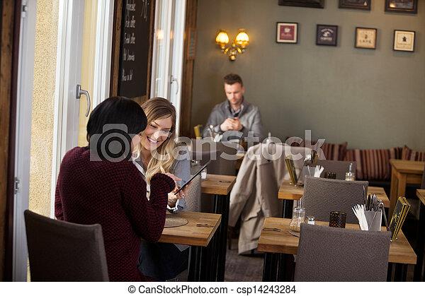 hintergrund, tablette, weibliche , digital, gebrauchend, friends, mann - csp14243284