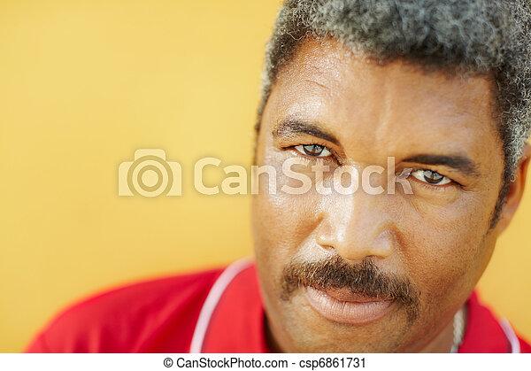 hispano, cámara, maduro, retrato, mirar fijamente, hombre - csp6861731