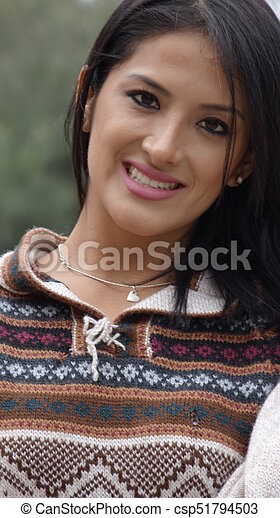 Mujer hispana sonriente - csp51794503