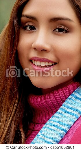 Mujer hispana sonriente - csp51852901