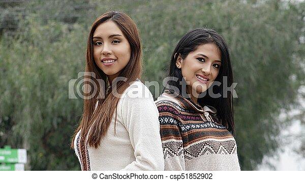 Mujeres hispanas sonrientes - csp51852902