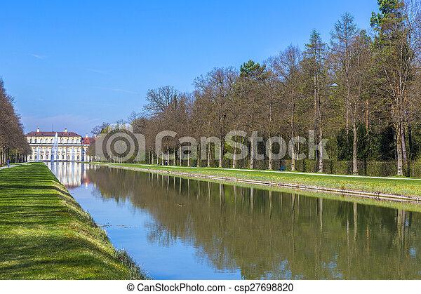 Castillo histórico Schleissheim cerca de Munich - csp27698820