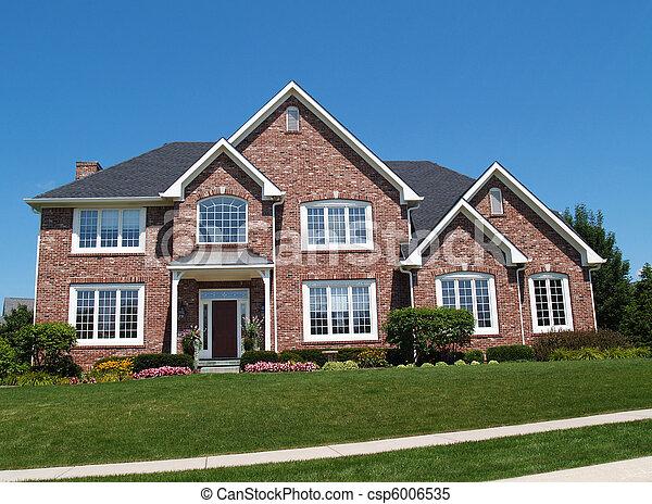 Una gran casa residencial de ladrillos - csp6006535