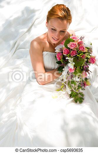 Hochzeit - Braut mit Brautstrau - csp5693635