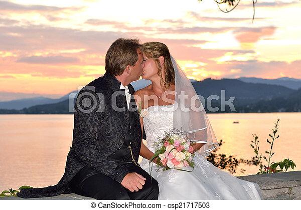 Hochzeitspaar kuesst sich - csp21717503