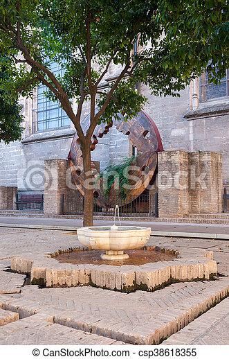 hof, brunnen, alte kathedrale, sevilla - csp38618355