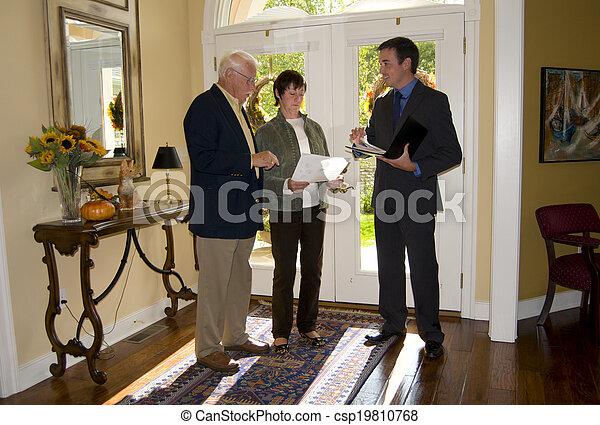 Agente mostrando casa a la pareja senior - csp19810768