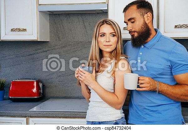 hogar, hombre, tazas, mujer joven, relajante, cocina, té - csp84732404