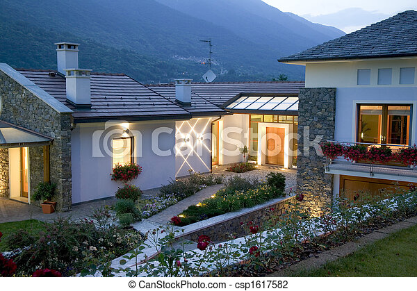 Una enorme casa de lujo al atardecer - csp1617582