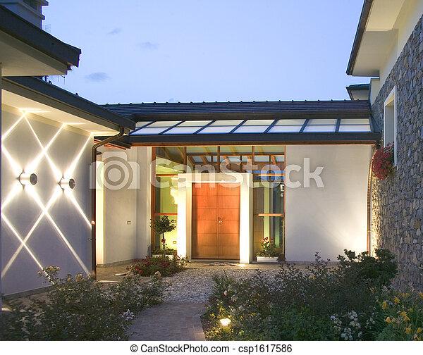 Una enorme casa de lujo al atardecer - csp1617586