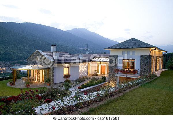 Una enorme casa de lujo al atardecer - csp1617581