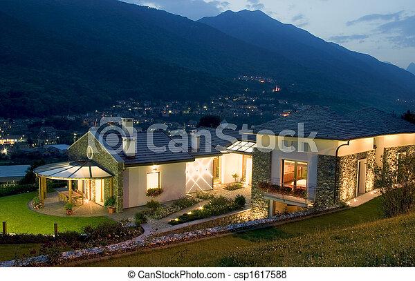 Una enorme casa de lujo al atardecer - csp1617588