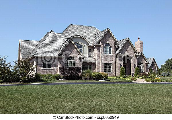 La casa de ladrillos con la entrada arqueada - csp8050949