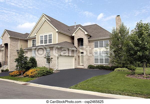 Casa suburbana de Brick - csp2465625